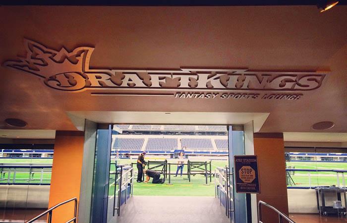 Компания DraftKings, владеющая одним из крупнейших веб-сайтов по ежедневному фэнтези-спорту, продолжает активно общаться с командами НФЛ. За две недели до старта нового сезона она расширила партнерские отношения с тремя из них.
