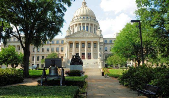 Сенат Миссисипи рассмотрел и утвердил законопроект, который временно запрещает ежедневный фэнтези спорт (Daily Fantasy Sport) в этом штате. В законную силу он вступит после подписания этого нормативного акта губернатором.